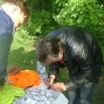 Федор подписывает памятные медали